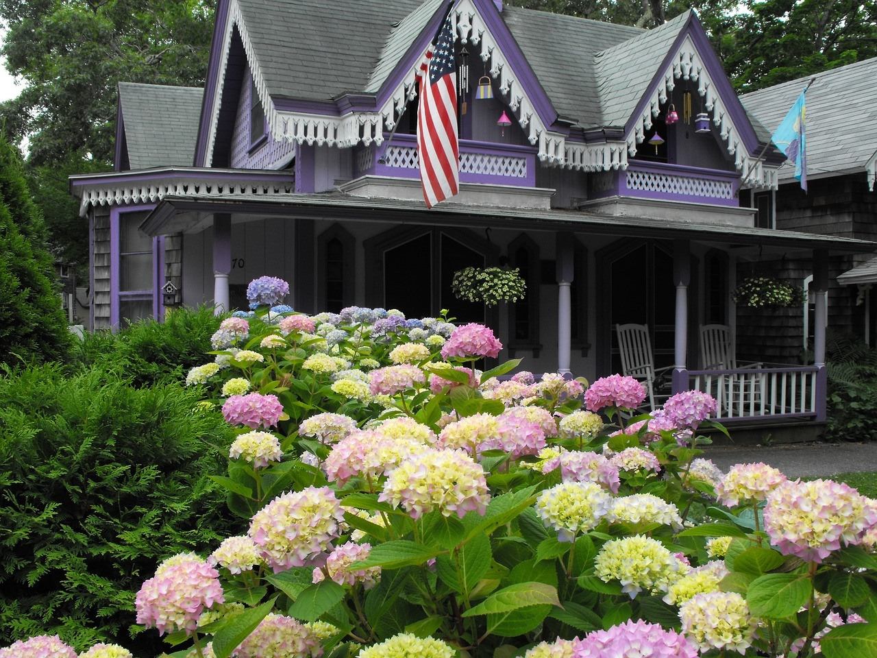 10 Beautiful Flower Bed Landscaping Ideas