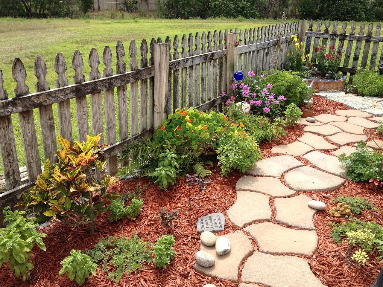 Garden path ideas: Mulch and Stone Garden Path