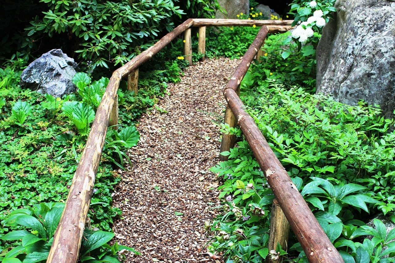 Garden path ideas: Wood Chip Garden Path