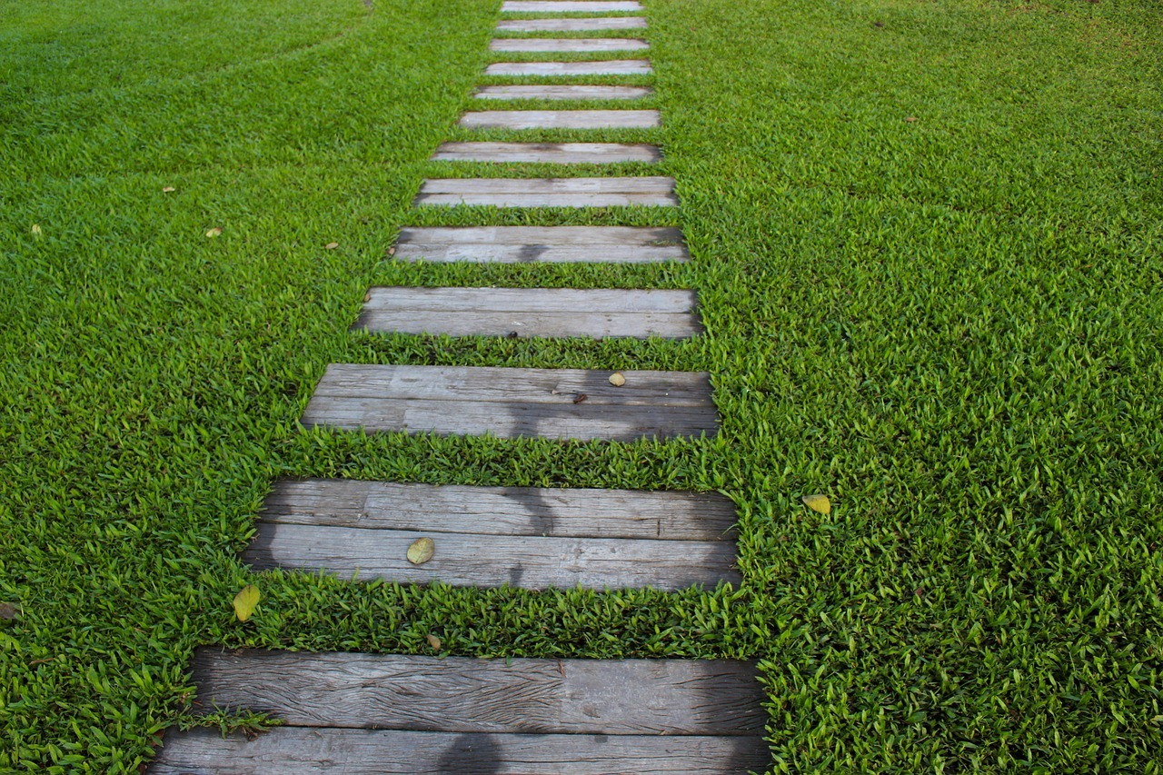 Garden path ideas: Wooden Garden Path