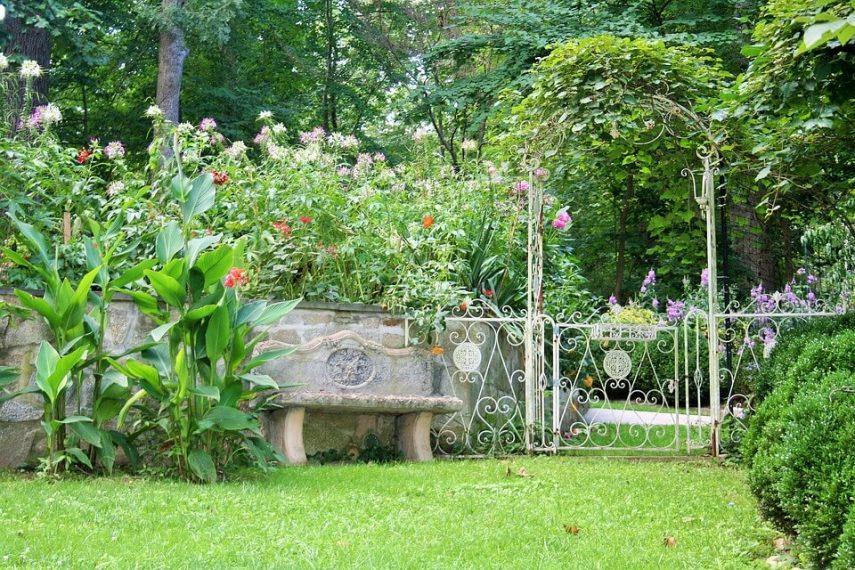 Upcycled trellis garden